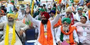 Hindistan'da çiftçiler tarım yasalarının kaldırılması talebiyle eylem yaptı
