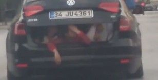 Otomobilin bagajındaki çocukların tehlikeli yolculuğu kamerada