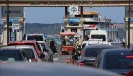 Çanakkale'deki feribot iskelelerinde tatilcilerin dönüş yoğunluğu sürüyor