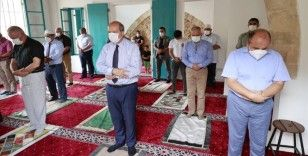 Kapalı Maraş'ta 47 yıl sonra ibadete açılan Bilal Ağa Mescidinde ilk cuma namazı kılındı
