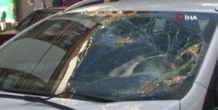 Gaziosmanpaşa'da otomobil karşıya geçen yayalara çarptı: 1'i ağır 3 yaralı