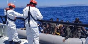 İzmir açıklarında farklı zamanlarda lastik botta bulunan 68 düzensiz göçmen kurtarıldı