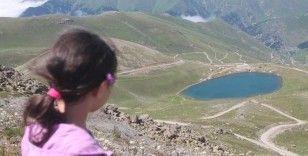 Zirvedeki krater gölleri ilgi çekiyor