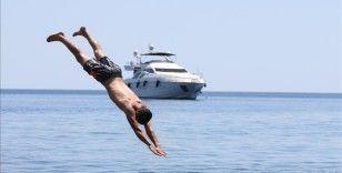 Antalya'da sıcak havada bunalanlar serinlemek için sahilleri tercih etti
