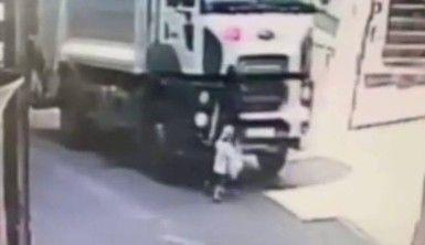 Esenyurt'ta çöp kamyonu altında kalan anne ve oğlunun inanılmaz kurtuluşu kamerada
