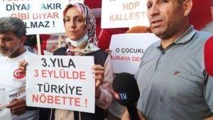 Oğlu teslim olan anne, HDP İl Binası önünde kurban kesip halay çekti