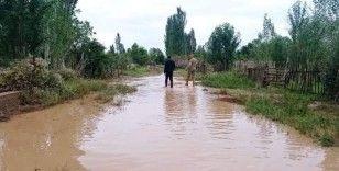 Kırgızistan'ı sel vurdu: Onlarca evi su bastı