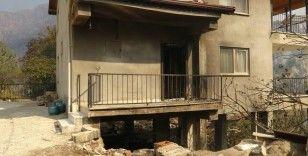 Sütçüler'deki yangında 15 ev zarar gördü, 10 kişi dumandan etkilendi