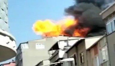 Küçükçekmece'de binanın çatı katında çıkan yangında patlama oldu