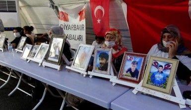 Evlat nöbetindeki gözü yaşlı anne, oğluna Türkçe ve Kürtçe 'teslim ol' çağrısında bulundu