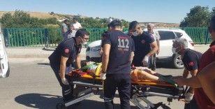 Dönüşü alamayan bisikletteki 2 kişi düşerek yaralandı