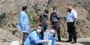Erzincan'ın sarp dağlarını aşan sağlıkçılar 2 bin 800 rakımlı Geyikli Yaylasında göçerleri aşıladı