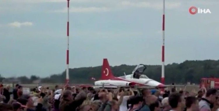 Türk Yıldızları'nın Macaristan'daki gösterisi nefes kesti