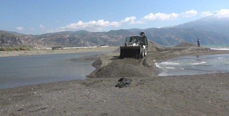 Asi Nehrinin Akdeniz ile buluştuğu alanda petrol önlemi