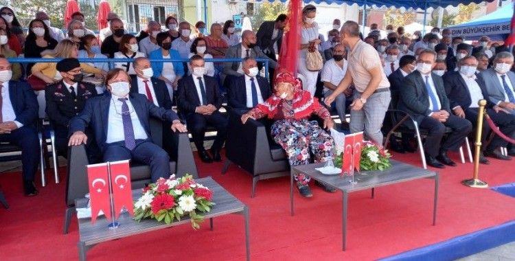 Sahneye çıkan Büyükşehir Belediye Başkanı'nın koltuğuna oturan yaşlı kadını güçlükle ikna ettiler