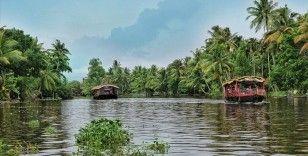 Hindistan'da iki yolcu teknesi çarpıştı, çok sayıda kayıp var