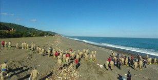 Sel felaketinin yaşandığı Kastamonu'nun Abana ilçesinde jandarmadan sahil temizliği