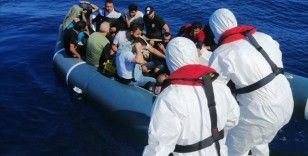 Muğla açıklarında lastik bottaki 18 düzensiz göçmen kurtarıldı