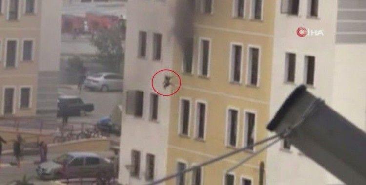 2 yaşındaki kızın yangın anında 4. kattan aşağı atıldığı anlar böyle görüntülendi