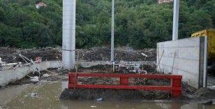 Telefon çalınca yıkılmak üzere olan köprüdeki 200 kişiyi ölümden kurtardı