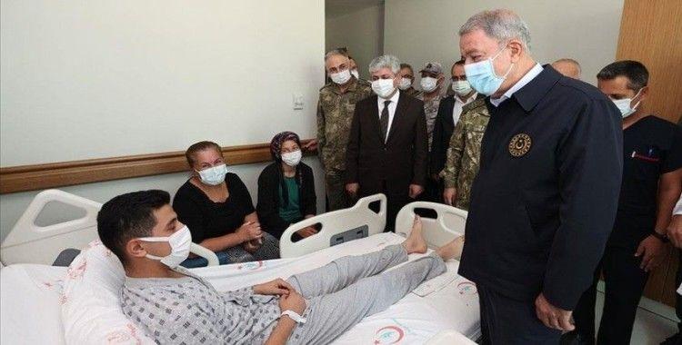Milli Savunma Bakanı Akar İdlib'deki saldırıda yaralanan askerleri ziyaret etti