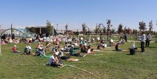 Çocuklar Millet Bahçesi'nde namaz kıldı