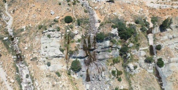 Antalya'nın 3024 rakımlı Akdağ eteklerinde bulunan Uçarsu Şelalesi kurudu