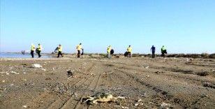 Hatay ve Mersin sahillerinde Suriye kaynaklı petrol sızıntısının temizlik çalışmaları sürüyor