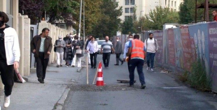 Bahçelievler'de yol çöktü, vatandaşlar yürüyerek işe gitmek zorunda kaldı