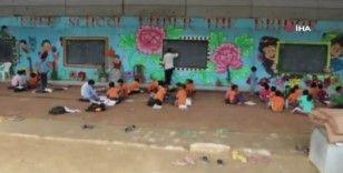 Hindistan'da ekonomik imkanları kısıtlı öğrencilere açık havada ders