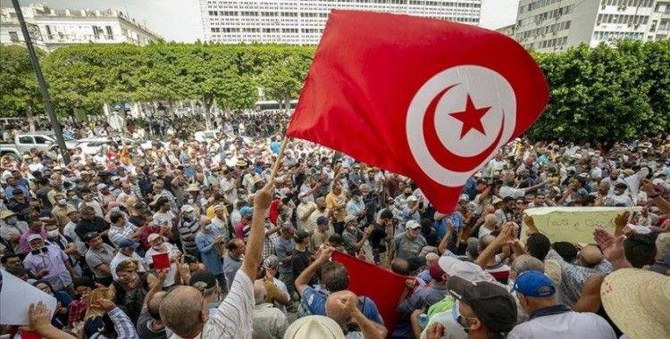 Tunus'ta Cumhurbaşkanı'nın olağanüstü yetkileri elinde toplayan kararları protesto edildi