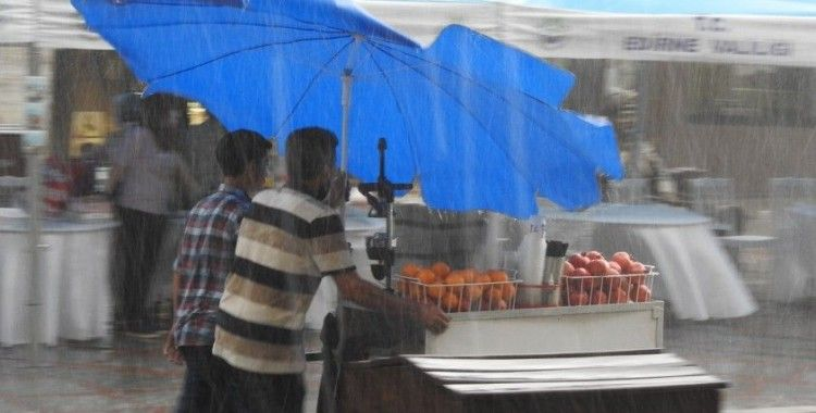 15 dakikalık fırtına ve yağış yetti, vatandaşlar kaçacak yer aradı