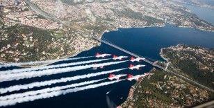 Türkiye ve Azerbaycan uçakları İstanbul Boğazı'nda selamlama uçuşu yaptı