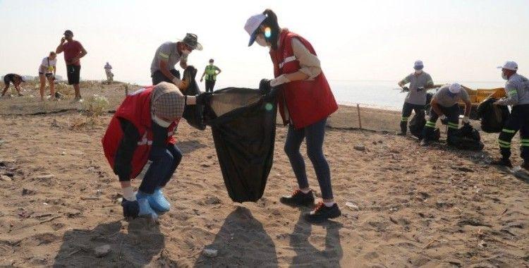 Mersin'de Suriye kaynaklı petrol sızıntısına karşı temizlik çalışmaları sürüyor