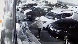 Kasklı saldırgan market önünde oturan adamı bacağından vurup kaçtı