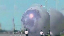 Çin'de kontrolden çıkan dev ay balonu otoyola girdi
