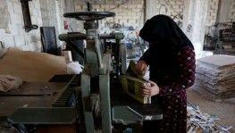 Evlerinden edilen Suriyeli kadınlar, ilkel karton geri dönüşüm fabrikasında çalışıyor
