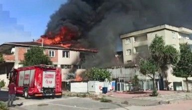 Sultanbeyli'de çatının alev alev yandığı anlar havadan görüntülendi