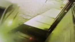 Şişli'de bir araç dükkana daldığı o anlar kamerada