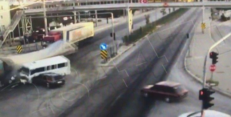 Tırın kavşakta minibüs ve otomobile çarptığı anlar güvenlik kamerasında