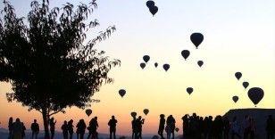 Kapadokya'da balonları izlemek isteyen turistler tepelere akın ediyor