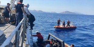 Marmaris'te Türk kara sularına itilen bot ve can salındaki 77 düzensiz göçmen kurtarıldı