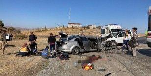Düzensiz göçmenleri taşıyan otomobille cip çarpıştı: 1 ölü, 13 yaralı