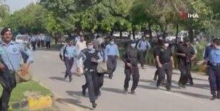 Pakistan'da tıp öğrencileriyle sağlık çalışanlarına coplu müdahale