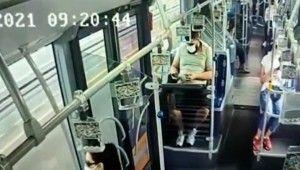 Metrobüste cep telefonu hırsızlığı kamerada