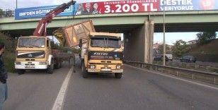 Ümraniye'de seyir halindeki kamyonun açılan damperi köprüye çarptı