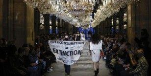 Louis Vuitton defilesinde 'Aşırı Tüketim' protestosu