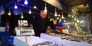 Trabzon'da tezgahlarda yer almaya başlayan taze hamsi yüzleri güldürdü