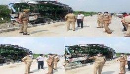 Hindistan'da otobüs yoldan çıkarak kamyona çarptı