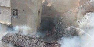 Kilis'te ev yangını çevredeki binaları tehdit ediyor